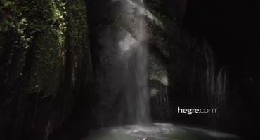 Эротичный секс лесбиянок у красивого водопада