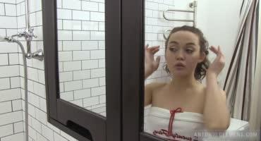 Натирает себя мылом и нежно дрочит свою киску