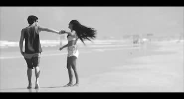 Шлюшка резвится на опустевшем пляже со своим парнем