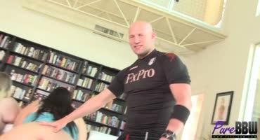 Спортивный мужик решил порадовать жирных сучек членом