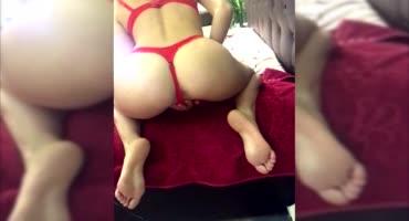 Девушка в шикарном нижнем белье дрочит свой анал и вагину на камеру без лица