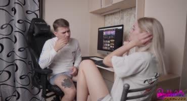 Парень поставил девушку раком и трахнул просто так