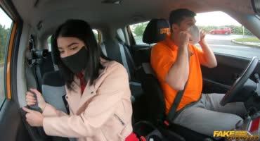 Таксист трахнул симпатичную леди в её рабочую письку и анальную дырку