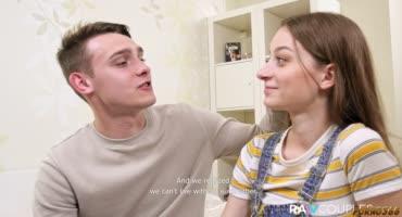 Русая девушка со своим парнем, занимаются нежным сексом перед камерой