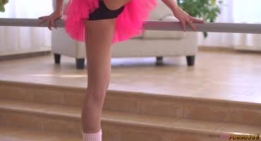 Балерина подняла ножку для нежного кунилингуса