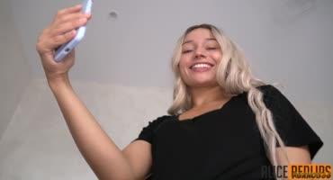 Радостная блондинка снимает на телефон как отсасывает член