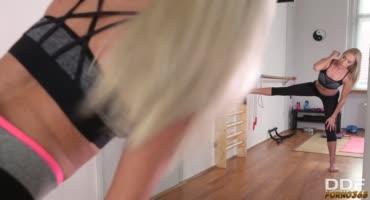 Сочные блондинки страстно вылизывают сочные киски друг друга