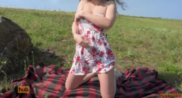 Мужик трахает малышку с идеальной фигурой на подстилке на природе