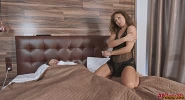 Подготовилась к сексу со своим сыном и разбудила его минетом