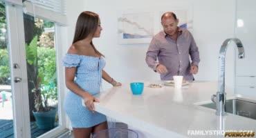 Папке пофиг, что его дочка ебется с его подчиненным у них дома