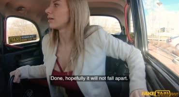 Таксист отодрал красивую блондинку в своей машине