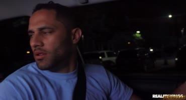 Секс в машине с негритянкой понравился молодому парню