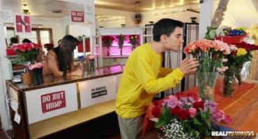 Озабоченный подросток занялся сексом со зрелой тетей прям в цветочном магазине