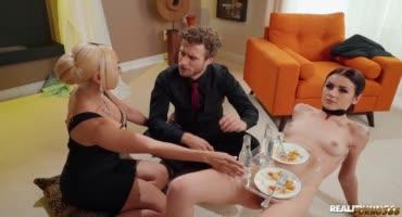 Женатая парочка трахает их личную сексуальную рабыню