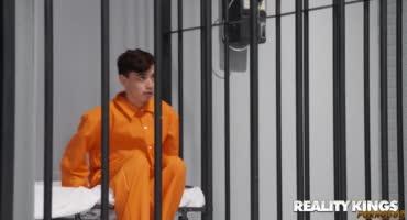 Парень попал в тюрьму и там смог натянуть прекрасную девицу