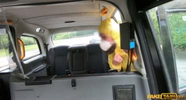 Модная, горячая крошка трахнулась в фейковом такси