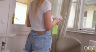 Сексуальная блондинка так и не до убирала дом
