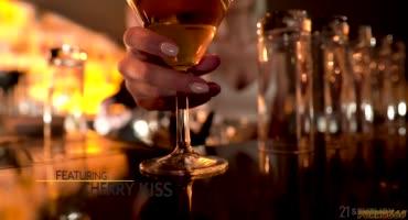 Пьяные подружки устроили небольшой разврат в клубе