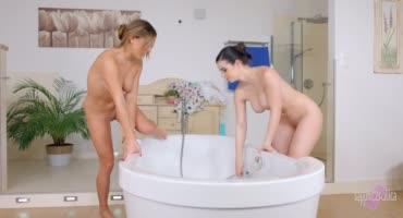 Лесбиянки пробуют кунилингус и вставляют в попу дилдо