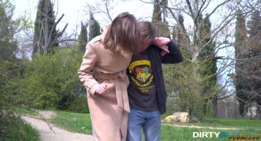Парниша помог девушке, подвернувшей ножку, заодно потрахав её у себя дома