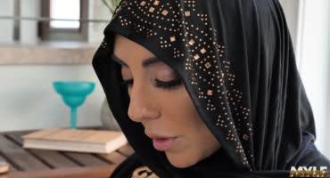 Арабская бабенка с большими сиськами дает молодому пацану кончить внутрь