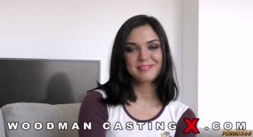 Брюнеточка Кристина пришла на порно кастинг Вудмана и была трахнута двумя
