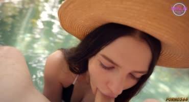 Брюнетка сначала сосала, а потом встала раком в жаркий день возле бассейна