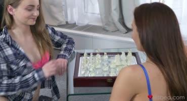 Сестрички в шахматы наигрались и начали до оргазма доводить друг друга