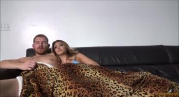Семейная пара лежали на диване, и вдруг красотке захотелось
