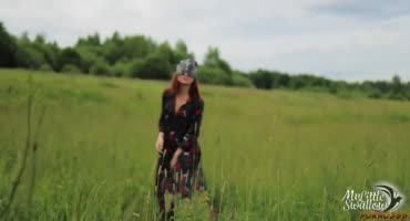 Рыжая красавица из села заманила парня в поле для секса
