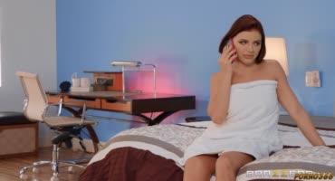 Парни одновременно трахают зрелую красотку на кровати