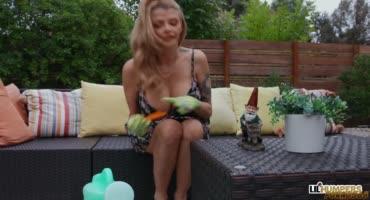 Милфа встретила в саду гномика со стояком и трахнулась с ним