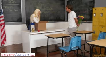 Грудастая учительница прямо на столе трахается с учеником