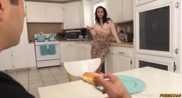 Парниша присунул своей новой мамашке на кухне