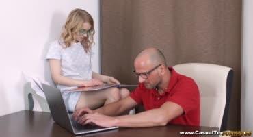 Хорошая дочка и массаж сделает и киску подставит