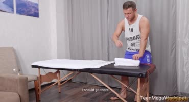 Обворожительная блондиночка на сеансе массажа получает член в попку