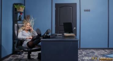 Властная красотка в офисе заставляет мужика лизать ей