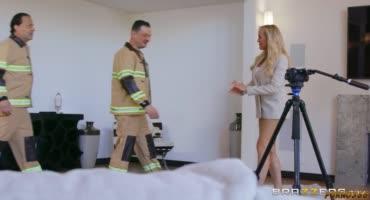 Пожарные не ожидали, что к ним начнет приставать привлекательная блондинка