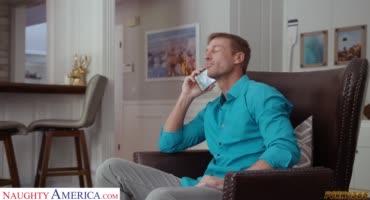 Блондиночка доставляет удовольствие своему мужику