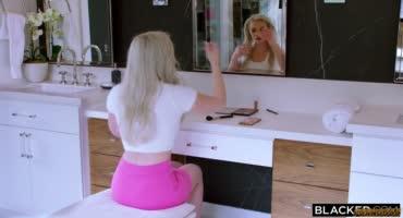 Блондиночка встретилась с негром, а потом он ее трахнул и кончил внутрь