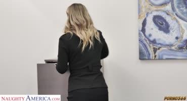 Хозяйка офиса отбирает претендентов на работу