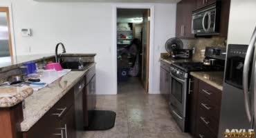 Домохозяйка сама себя доводит до оргазма, так как муж ее не трахает