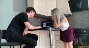 Молоденькая русская жена сосёт дружку своего парня