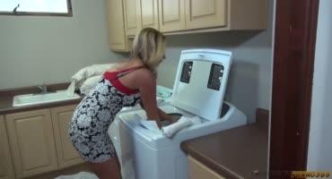 Милфа-Джоди Вест застряла в машинке и была трахнута раком
