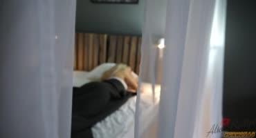 Парень зашел к девушке в комнату, и решил разбудить ее, что бы она ему отсосала