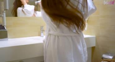 Девка резво теребит киску руками в ванной комнате