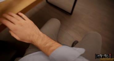 Русская секретарша быстренько присела на коленках в офисе и начала делать минет