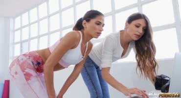 Сочные спортсменки лижут друг другу киски после тренировки