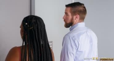 Толстую негритянку трахнул случайный мужик в лифте