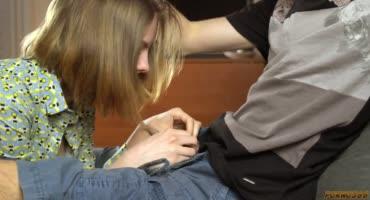 Студентка подползла к парню, стянула с него шорты, а затем взяла член в рот